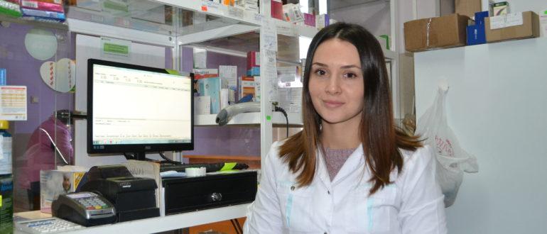 Анна Волкова почти три года работает фармацевтом в аптеке,
