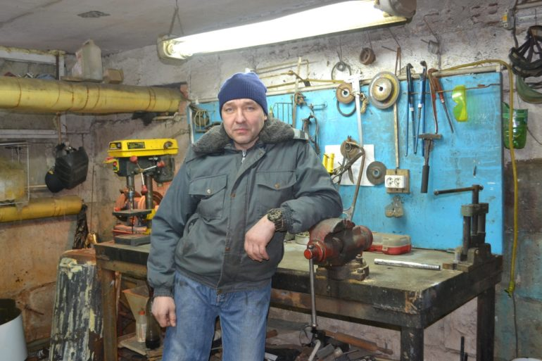 слесарь-сантехник одной из управляющих ком- паний Андрей ТЕЛЮПА.